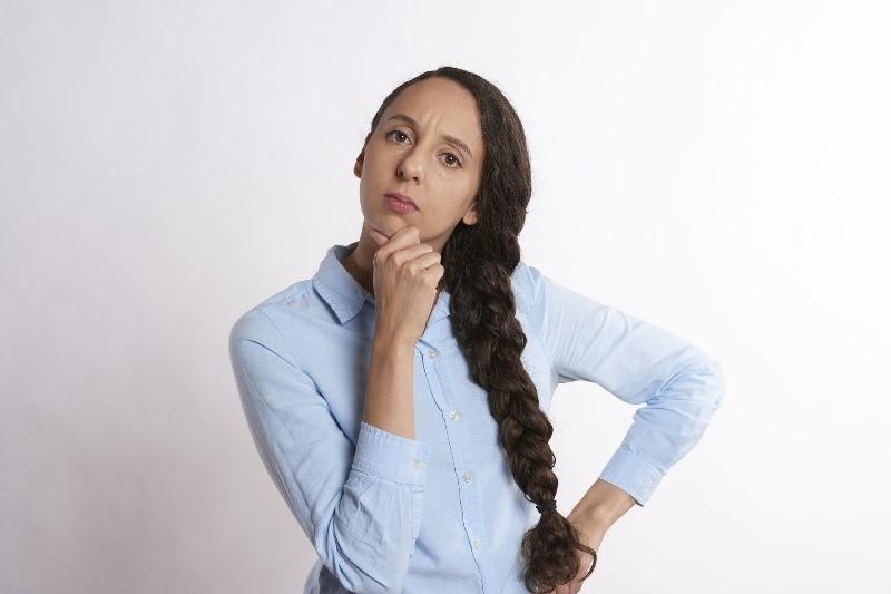 Femme qui est concentrée et se tient le menton