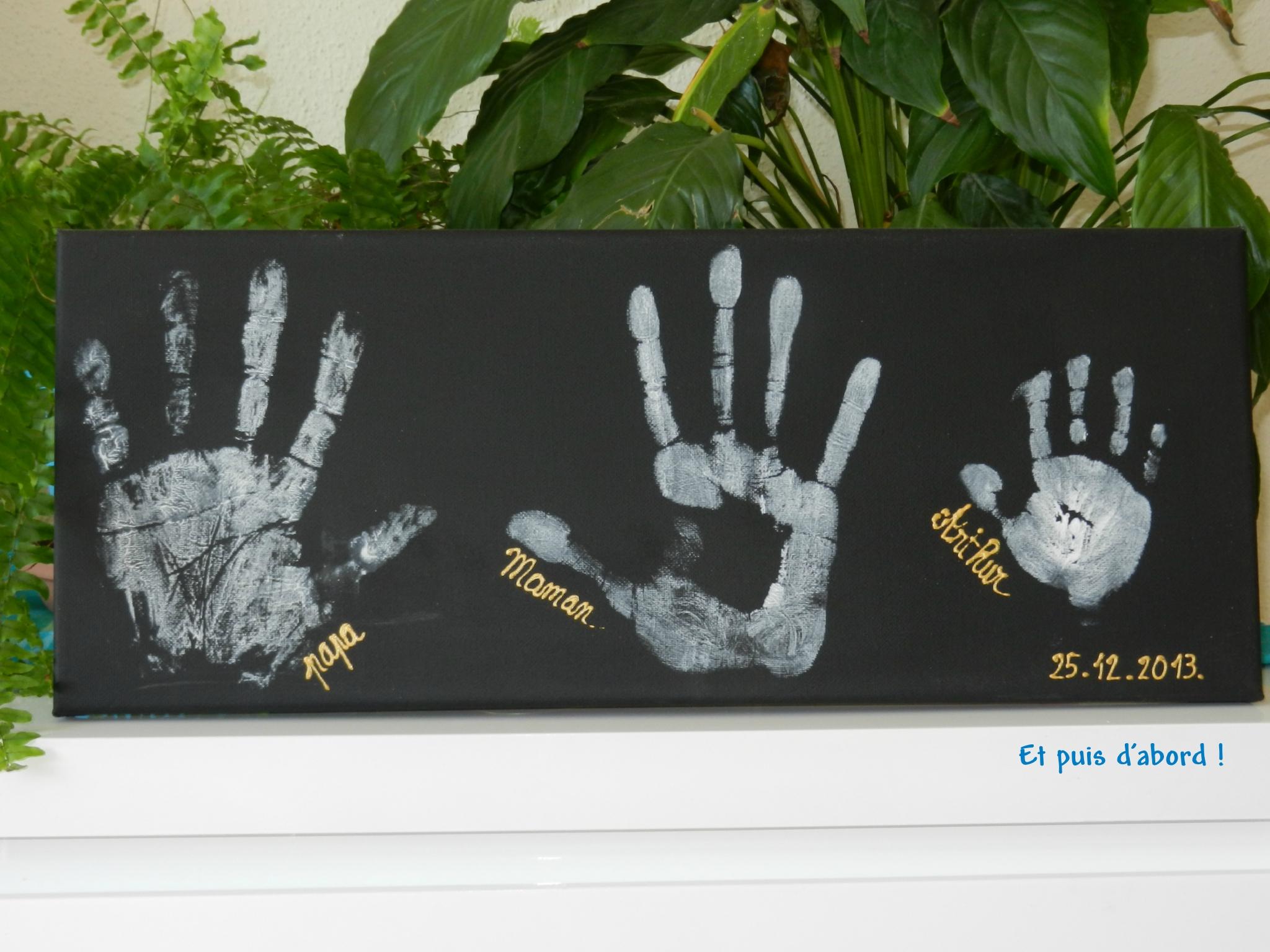Tableau présentant trois empreintes signées Papa, Maman et Arthur. Il est daté du 25 décembre 2013