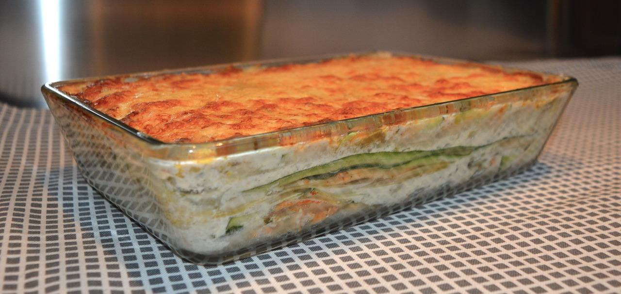 Photo d un plat de lasagne cuites